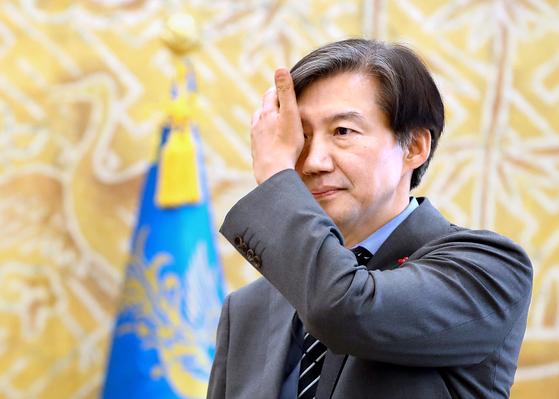 조국 법무부 장관 후보자는 본인과 가족을 둘러싼 의혹이 잇따라 제기되면서 궁지에 몰렸다. [연합뉴스]