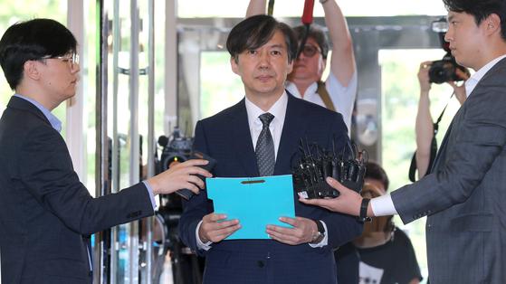 조국 법무장관 후보자가 22일 오전 서울 적선동 인사청문회 사무실로 출근하며 기자들의 질문에 답하고 있다. 최승식 기자