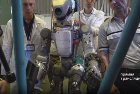 전동 드라이버 사용을 테스트 중인 휴머노이드 로봇 '페도르'. [사진 러시아 로스코스모스 유튜브 캡처]