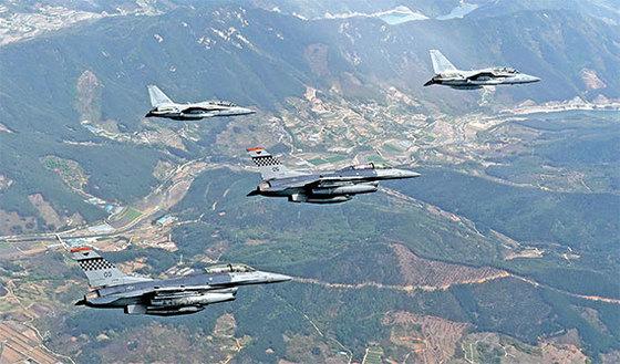 지난 2017년 4월21일 실시된 한·미 공군의 연합훈련인 '맥스선더' 훈련. 한·미 공군사령관이 교차 탑승 및 지휘 비행을 했다. 국산 전투기 FA-50에는 미 7공군 사령관 토머스 버거슨 중장(오른쪽)이, 미국 F-16에는 공군 작전사령관 원인철 중장(오른쪽 둘째)이 탑승했다. [사진 공군]