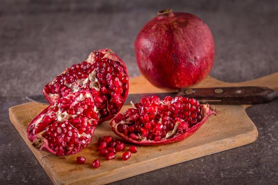 식물성 에스트로겐을 넉넉히 함유한 석류는 여성호르몬 분비를 돕는 대표적인 식품이다. [사진 pxhere]