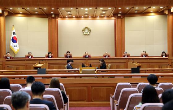 정부가 10월부터 시행하려는 민간택지 분양가상한제를 둘러싼 위헌 논란이 거세다. 사진은 헌법재판소 대심판정 모습.