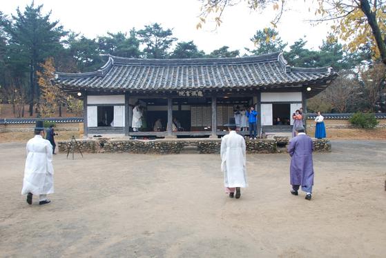 전통 성년식인 관례(冠禮)를 주관하기 위해 경북 경산시 구계서원으로 모여드는 사람들. [사진 도산우리예절원]