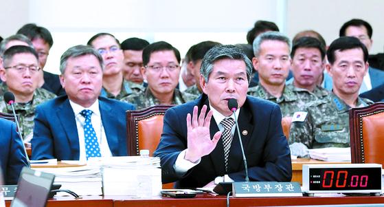 """정경두 국방부 장관이 21일 국회 국방위원회에 출석해 답변하고 있다. 한일군사정보보호협정(GSOMIA)과 관련한 질의에 정 장관은 '전략적 가치는 충분히 있다고 본다""""고 밝혔다. [연합뉴스]"""