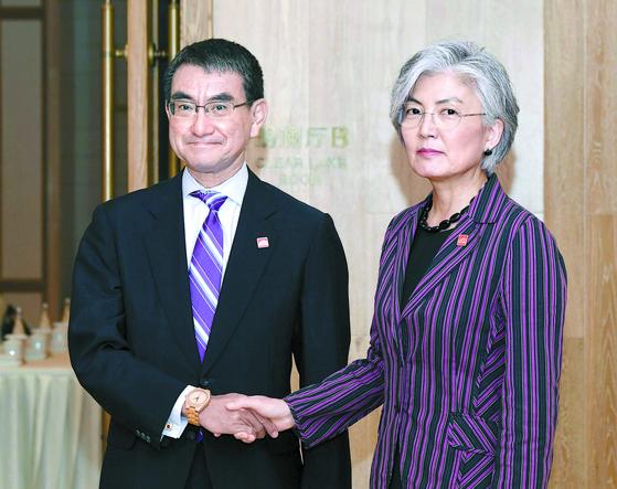 중국 베이징에서 만난 강경화 외교부 장관(오른쪽)과 고노 다로(河野太郞) 일본 외상.[연합뉴스]