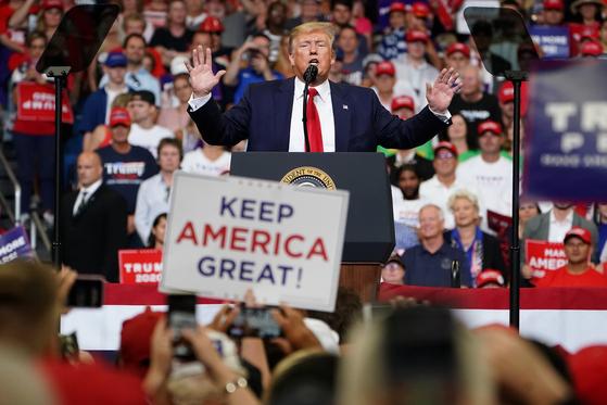 도널드 트럼프 미 대통령이 18일 플로리다에서 지지자들에 둘러싸여 연설하고 있다. 트럼프 대통령의 유세장엔 프랭크 시나트라의 '마이 웨이' 빌리지 보이즈의 '마초 맨' 등이 단골로 나온다. [로이터=연합뉴스]