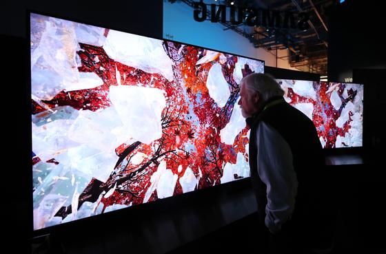 지난 1월 8일 미국 네바다주 라스베이거스 컨벤션센터에서 열린 'CES(Consumer Electronics Show) 2019'에서 관람객들이 삼성전자 '8K QLED TV'를 살펴보고 있다. [연합뉴스]