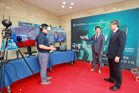 삼육대 김성익 총장(오른쪽)이 'VR 기반 물리치료 임상실습 시연회' 현장을 둘러보고 있다.