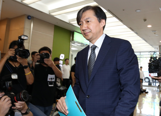 조국 법무부 장관 후보자가 22일 오전 인사청문회 준비를 위해 서울 종로구에 마련된 사무실로 출근하고 있다. [뉴스1]