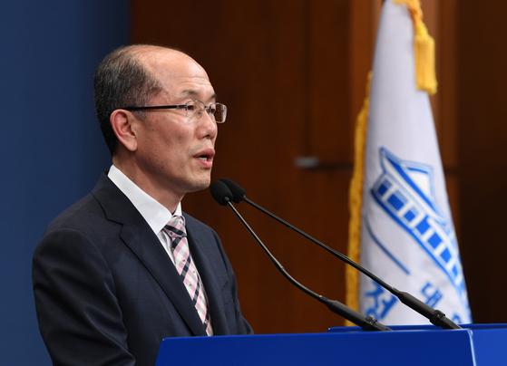 김유근 국가안보실 1차장이 22일 오후 청와대 춘추관 브리핑룸에서 한일 군사정보보호협정(GSOMIA·지소미아) 종료 발표를 하고 있다. 청와대사진기자단