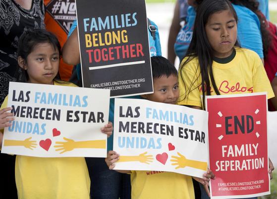 미국 플로리다주 미국이민세관집행국(ICE) 청사 앞에서 트럼프 행정부의 무관용 정책(불법이민자 자녀 격리정책)을 비판하는 시위가 열리고 있다. [AP=연합뉴스]