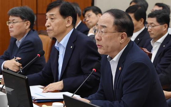 홍남기(오른쪽) 경제부총리 겸 기획재정부 장관이 22일 오후 서울 여의도 국회에서 열린 기획재정위원회 전체회의에서 의원들의 질의에 답하고 있다. 김경록 기자