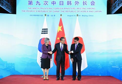 """중국은 한국의 지소미아 파기 결정에 대해 그것이 """"제 3국의 이익에 손해를 끼쳐서는 안 된다""""며 파장이 어떻게 미칠까에 촉각을 곤두 세우는 모습을 보이고 있다. [중국 외교부 홈페이지 캡처]"""