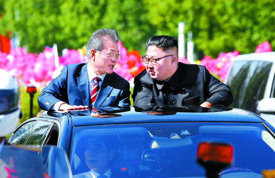 문재인 대통령과 김정은 북한 국무위원장이 지난해 9월 무개차를 타고 평양 순안공항에서 백화원 초대소까지 카퍼레이드하고 있다. 최근 문 대통령을 겨냥한 북한의 대남비방이 거세지면서 남북 정상 사이에 무슨 속사정이 생긴 것 인지에 관심이 쏠리고 있다. [중앙포토]
