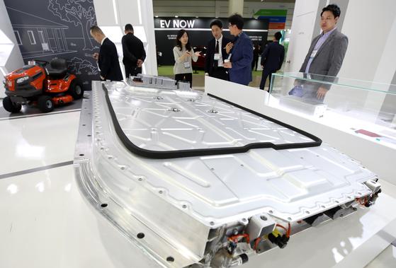 지난해 서울 강남구 삼성동 코엑스에서 열린 국내 최대 배터리 박람회 '인터배터리 2018'에서 참관객들이 전기차에 쓰이는 배터리를 살펴보고 있다. [뉴스1]