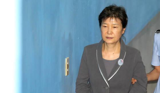 2017년 7월 박근혜 전 대통령이 서울 서초구 중앙지법에 도착해 법정으로 향하고 있다.[연합뉴스]