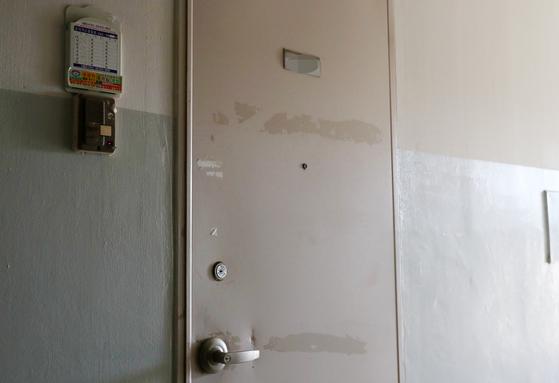서울 관악구 한 아파트에서 사망 추정 두 달 만에 발견된 탈북 모자의 집 현관이 굳게 잠겨있다. [연합뉴스]