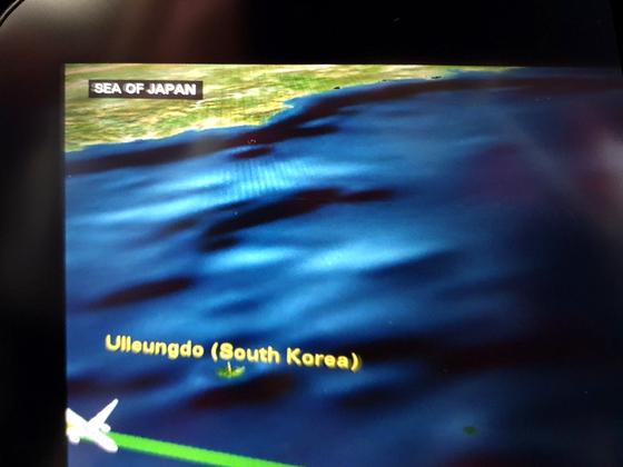 김포↔하네다를 오가는 일본항공 JL092편은 언어 설정에 따라 기내 개인모니터에 동해 표기 방식이 다르다. 한국어로 설정하면 '동해'로 표기하고(위쪽), 일본어(가운데)·영어 등 다른 언어로 설정하면 '일본해'라고 표기한다. 대부분의 외항사도 마찬가지다. 문희철 기자