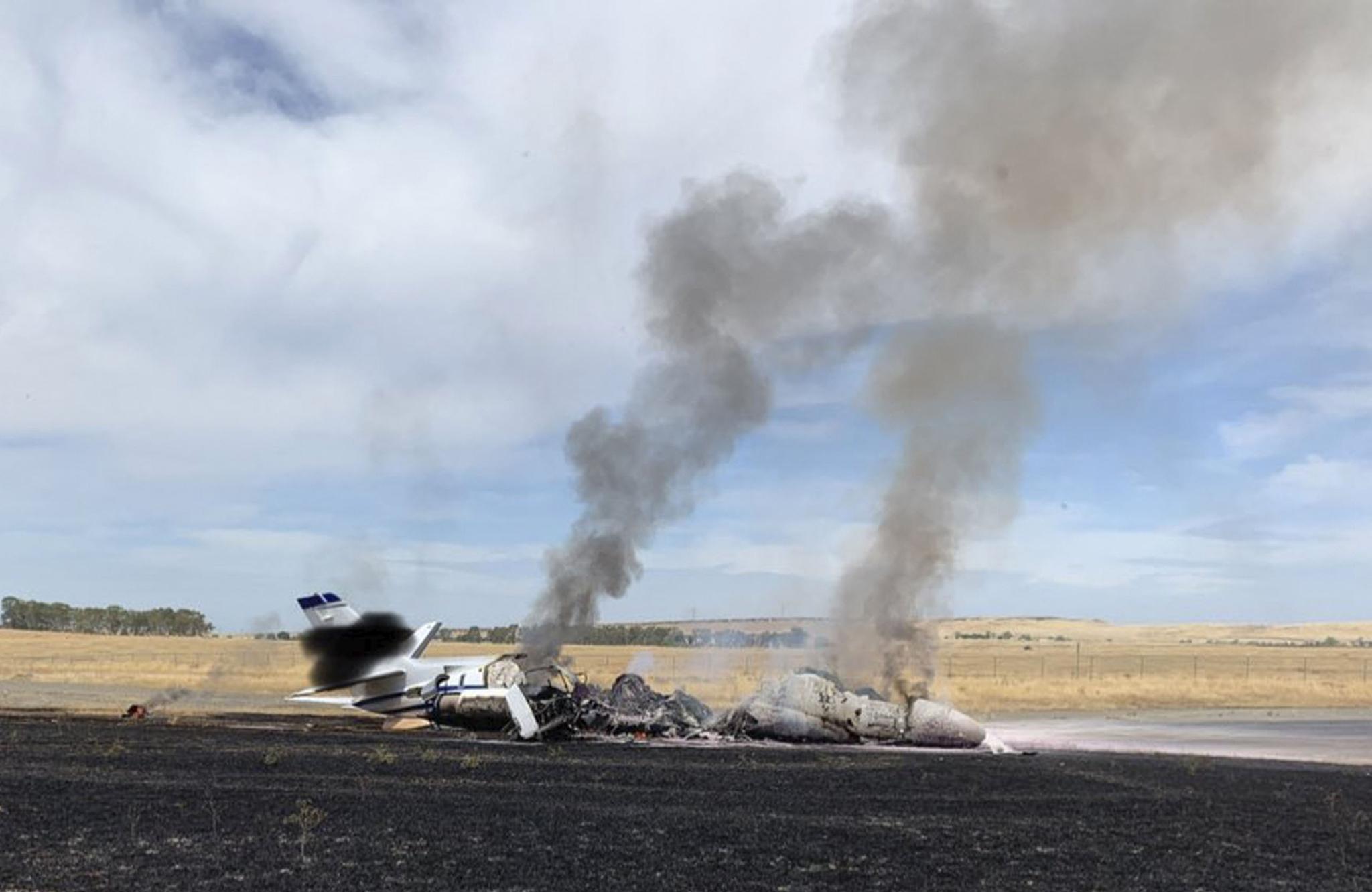 21일(현지시간) 미 캘리포니아주 오로빌의 오로빌 공항 활주로 끝에 불에 탄 제트기의 잔해가 남아 있다. [AP=연합뉴스]
