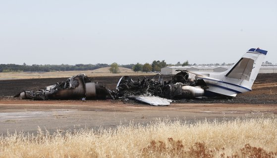 21일(현지시간) 미국 캘리포니아 주 오로빌의 오로빌 공항에서 이륙하려던 쌍발 엔진의 세스나 사이테이션 제트기는 원인을 알 수 없는 고장으로 활주로 끝 풀밭으로 미끄러지면서 불이 붙었다. 이 사고로 제트기는 전소됐으나 탑승객은 전원 무사히 구조됐다. 이날 전소된 제트기가 형체만 남긴 채 앙상한 모습이다. [AP=연합뉴스]