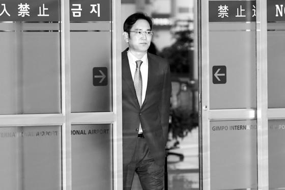 이재용 삼성전자 부회장이 지난 7월 12일 일본 출장을 마치고 김포국제공항에 도착하고 있다. [뉴스1]