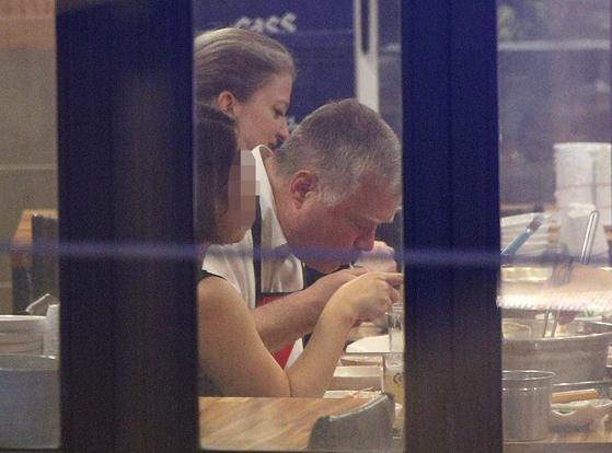 스티븐 비건 미 국무부 대북특별대표가 22일 오후 서울 광화문 인근 닭요리 전문점에서 식사를 하고 있다. [뉴스1]