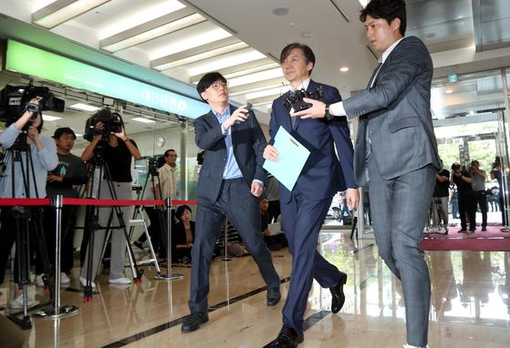 조국 법무부 장관 후보자가 22일 인사청문회 준비 사무실이 위치한 서울 적선동의 한 건물로 들어서고 있다. 최승식 기자