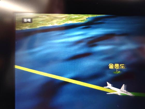 김포↔하네다를 오가는 일본항공 JL092편은 언어 설정에 따라 기내 개인모니터에 동해 표기 방식이 다르다. 한국어로 설정하면 '동해'로 표기하고, 일본어(가운데)·영어(아래) 등 다른 언어로 설정하면 '일본해'라고 표기한다. 대부분의 외항사도 마찬가지다. 문희철 기자