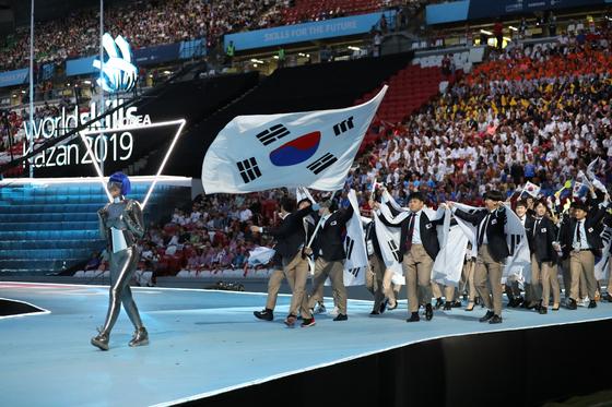 한국선수단이 러시아 카잔에서 개막된 제45회 국제기능올림픽대회장에 입장하고 있다