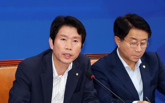 이인영 더불어민주당 원내대표가 22일 오전 국회에서 열린 정책조정회의에 참석하고 있다. 오른쪽은 조정식 정책위의장. 김경록 기자