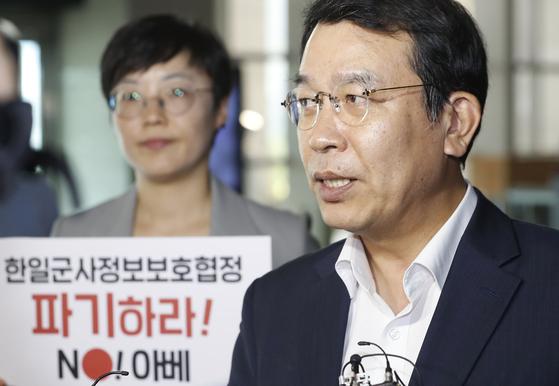 김종대 정의당 의원이 19일 한일군사정보교류 파기 요구를 위해 서울 용산구 국방부 청사로 들어서고 있다. [뉴시스]
