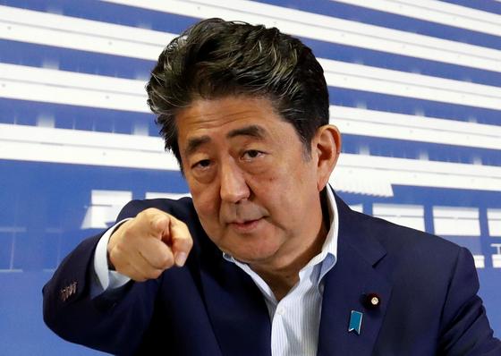 아베 신조 일본 총리가 22일 자민당 본부에서 열린 기자회견에서 질문자를 지명하고 있다. [로이터=연합뉴스]