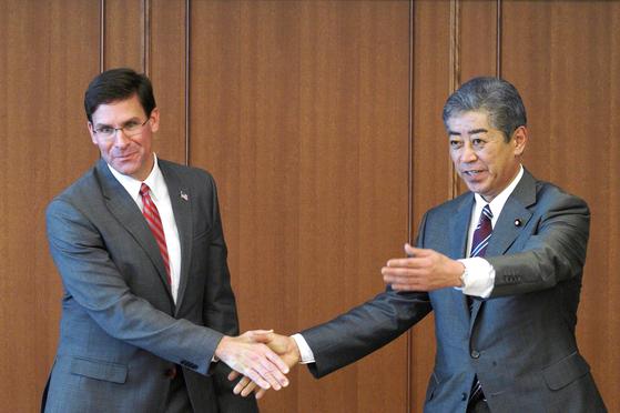 7일 에스퍼 미 국방장관과 이와야 일본 방위상이 만나 악수를 나누고 있다. [로이터=연합뉴스]