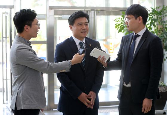 프로축구단 대전시티즌 선수 선발에 개입했다는 의혹을 받는 김종천(가운데) 대전시의회 의장이 5월 23일 대전지방경찰청으로 들어가며 취재진의 질문을 받고 있다. [연합뉴스]