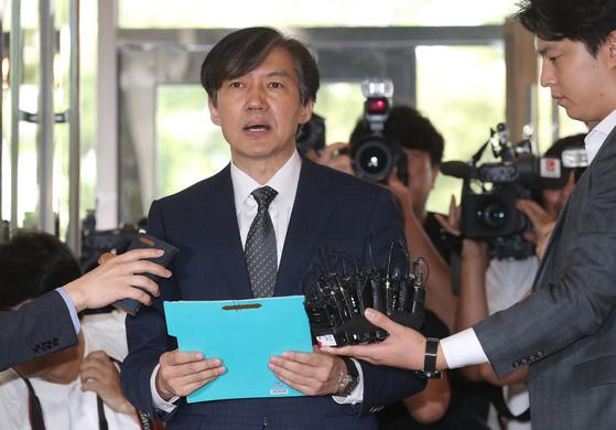 조국 법무부 장관 후보자가 22일 오전 서울 적선동 인사청문회 사무실로 출근하며 기자들의 질문에 답하고 있다. 최승식 기자