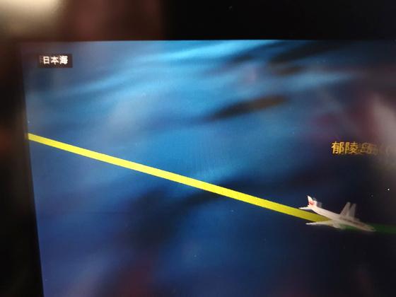 김포↔하네다를 오가는 일본항공 JL092편은 언어 설정에 따라 기내 개인모니터에 동해 표기 방식이 다르다. 한국어로 설정하면 '동해'로 표기하고(위쪽), 일본어·영어(아래) 등 다른 언어로 설정하면 '일본해'라고 표기한다. 대부분의 외항사도 마찬가지다. 문희철 기자