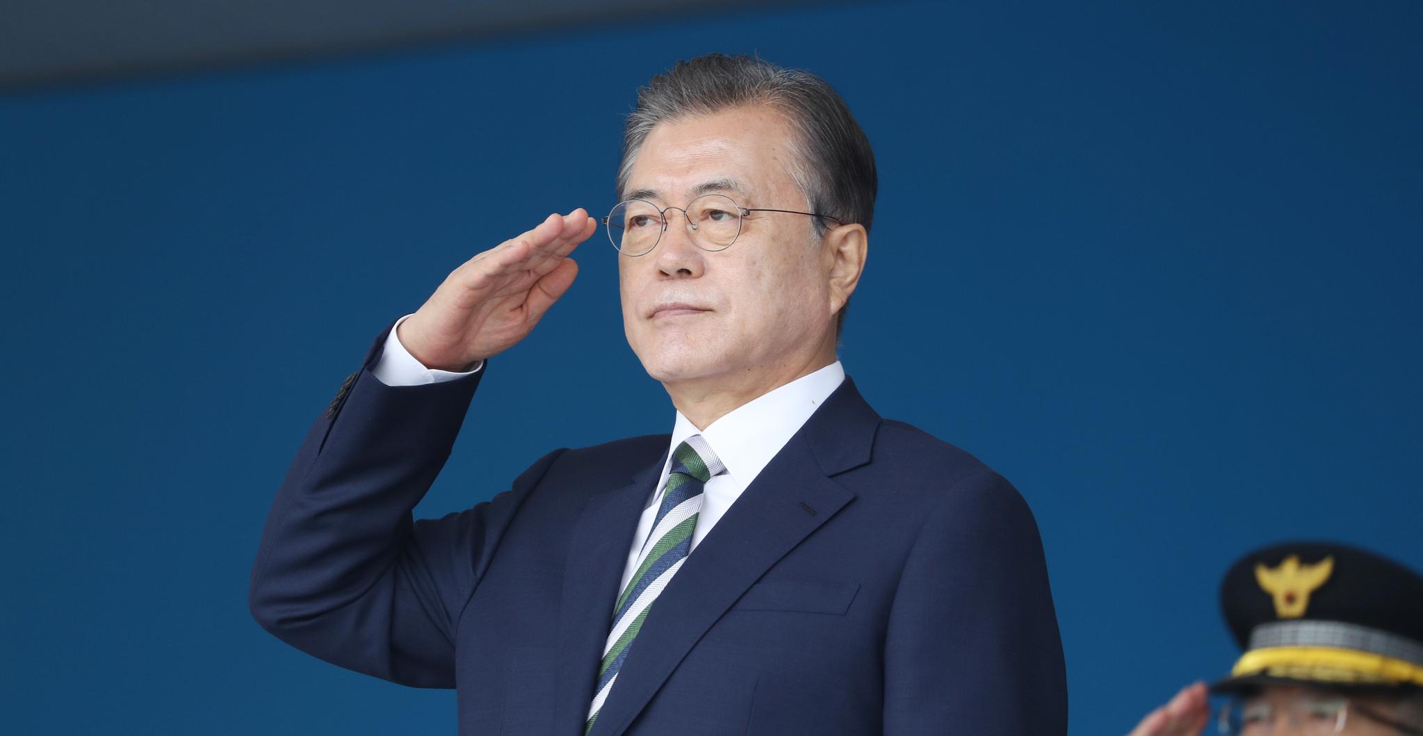 문재인 대통령이 23일 오전 충북 충주 중앙경찰학교에서 열린 졸업식에서 제296기 졸업생에게 거수경례를하고 있다. [연합뉴스]
