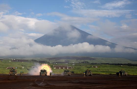 일본 육상자위대 탱크와 장갑차가 22일 고텐바시 히가시후지 군사연습장에서 연례 훈련을 하고 있다. 뒤로 후지산이 보인다.[로이터=연합뉴스]