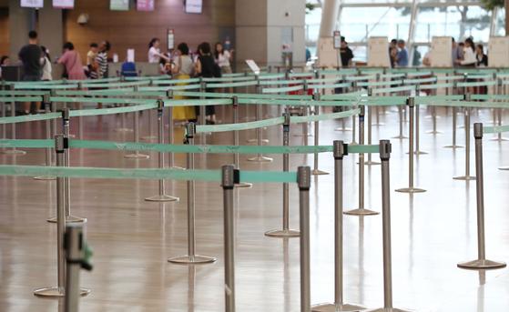 지난 7월 28일 인천국제공항 제1터미널 국내 항공사의 일본행 항공기 탑승 수속이 시작됐지만 카운터가 한산한 모습을 보이고 있다. [연합뉴스]