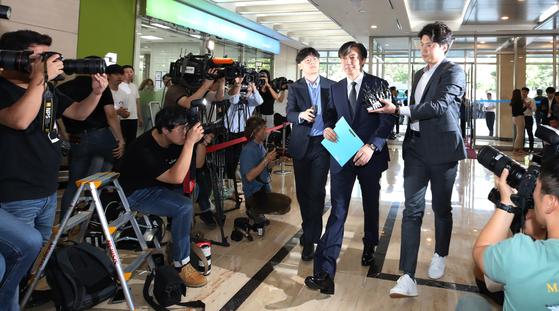 조국 법무부 장관 후보자가 22일 오전 인사청문회 준비를 위해 서울 종로구 현대적선빌딩에 마련된 사무실로 출근하고 있다. [뉴스1]