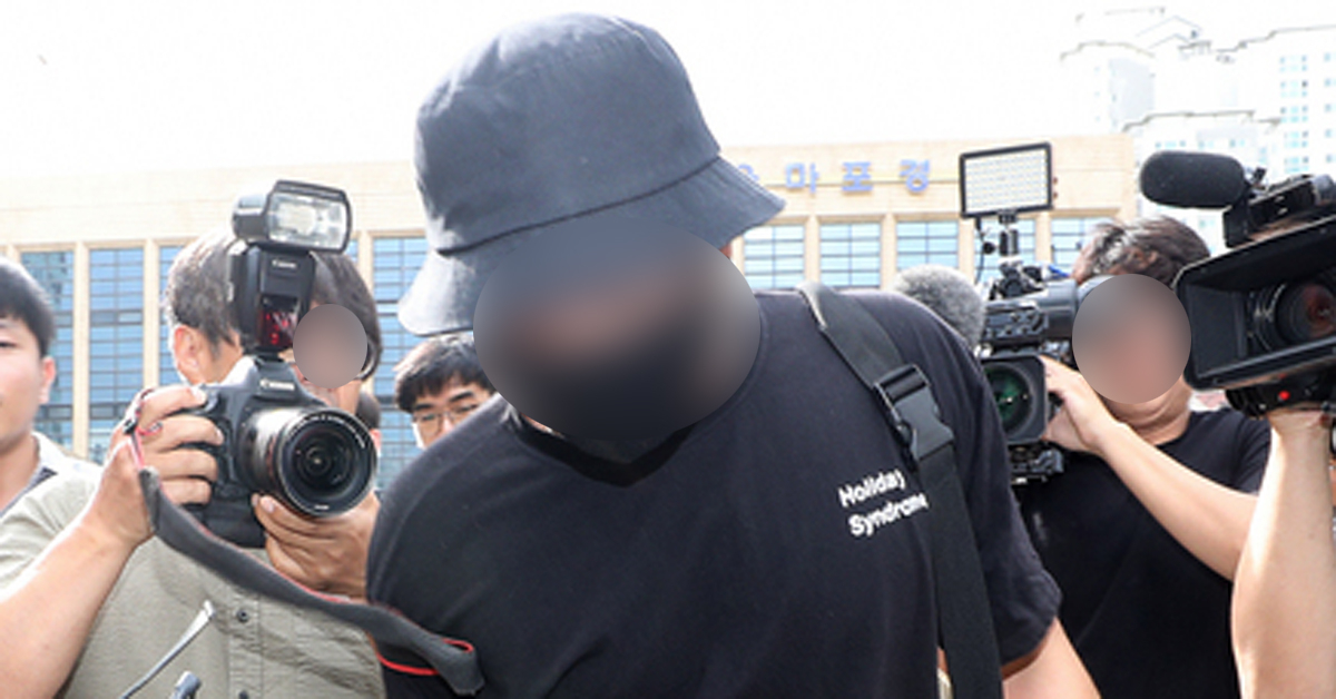 온라인상에서 논란이 된 일본인 여성 폭행 영상과 사진에 등장하는 남성이 24일 오후 서울 마포경찰서에서 조사를 마친 후 귀가하고 있다. [뉴시스]