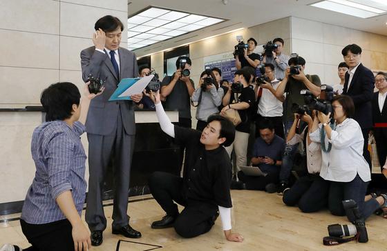 조국 법무부 장관 후보자가 23일 오후 서울 종로구 적선현대빌딩에서 논란이 일고 있는 사모펀드와 사학재단 웅동학원을 사회에 환원하겠다고 밝히고 있다. [뉴스1]