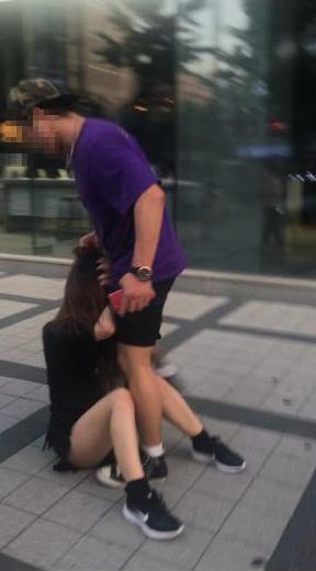 한국인 남성이 국내에서 일본인 여성을 위협하고 폭행하는 정황이 담긴 사진. [사진 트위터]