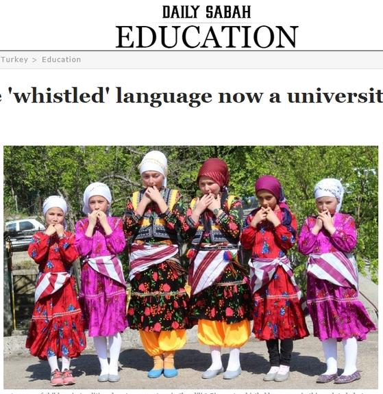 터키 동북부 산간 쿠스코이 마을 아이들이 전통 의상을 입고 '새 언어'로 불리는 휘파람을 불고 있다. [데일리사바 캡처]