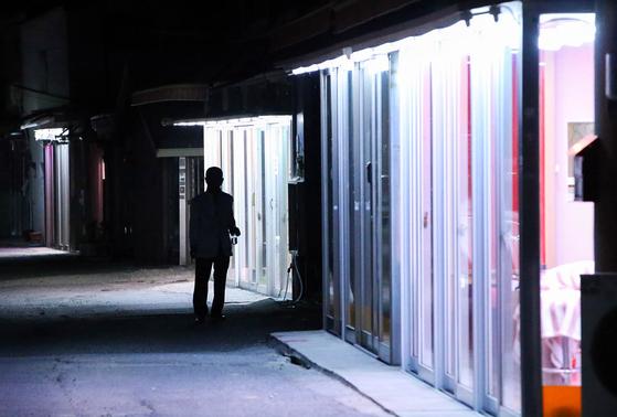 지난 6월 5일 전주 완산구 노송동에 있는 성매매 집결지 선미촌을 찾았다. 최근 규모가 줄어 17개 업소가 영업하고 있다. 밤이 되자 골목이 환해졌다. 프리랜서 장정필