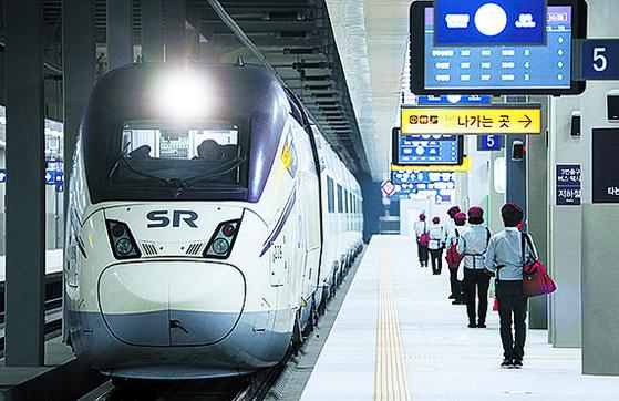 수서고속철(SRT) 열차가 수서역에 들어서는 모습. [중앙포토]