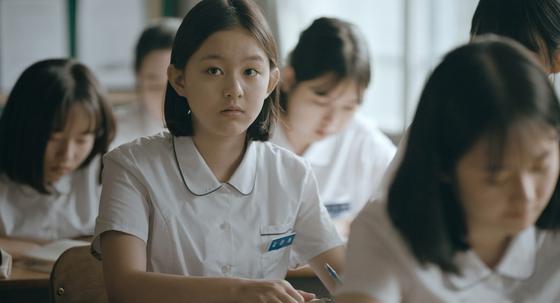 영화 '벌새'의 주인공 14세 소녀 은희. 은희 역을 맡은 박지후 배우는 2003년 생으로 또래인 10대 사춘기 소녀의 감성을 잘 표현했다. [사진 에피파니·매스오너먼트]