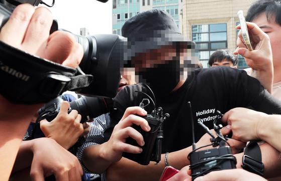 홍대 거리에서 일본인 여성들에게 욕설을 하며 행패를 부린 A씨가 24일 오후 서울 마포경찰서에서 조사를 마친 후 나서고 있다. [뉴스1]