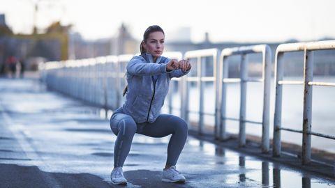 복부와 허벅지 근육을 키울 수 있는 스쿼트 운동. [중앙포토]