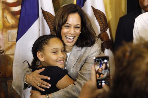 미국 대선에 출사표를 던진 카말라 해리스 상원의원이 지난 7월 지지자의 딸과 사진을 찍고 있다. [AP=연합뉴스]